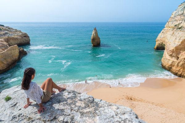 Gepflegter Strand mit türkisblauem Wasser
