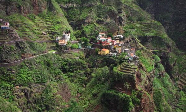 """Fontainhas auf Capo Verde, von Kasia_Przygodzka / < a href=""""https://www.shutterstock.com/de/image-photo/cabo-verde-santo-antao-island-1406578319?studio=1"""">shutterstock.com"""