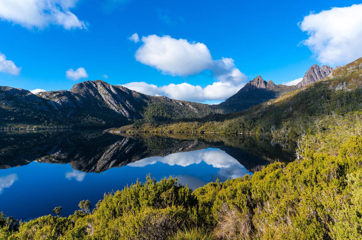 "Cradle Mountain Nationalpark, von Olga Kashubin / <a href=""https://www.shutterstock.com/image-photo/cradle-mountain-on-clear-day-reflected-392502694"">Shutterstock</a>"