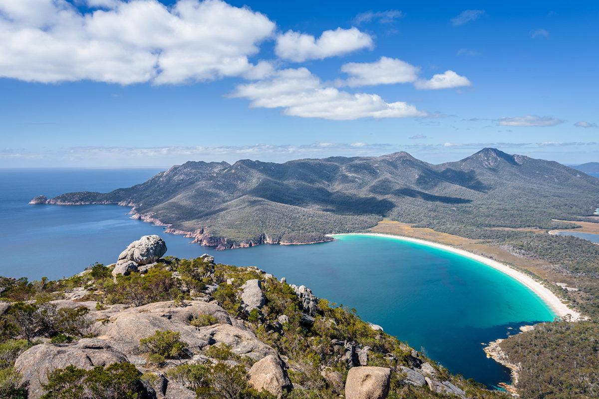 "Wineglass Bay, von Tom Jastram / <a href=""https://www.shutterstock.com/de/image-photo/relaxing-amazing-mountain-viewpoint-stunning-view-1064708306?src=e0q6y8bhwsufrVVooBI1Hw-1-6"">Shutterstock</a>"