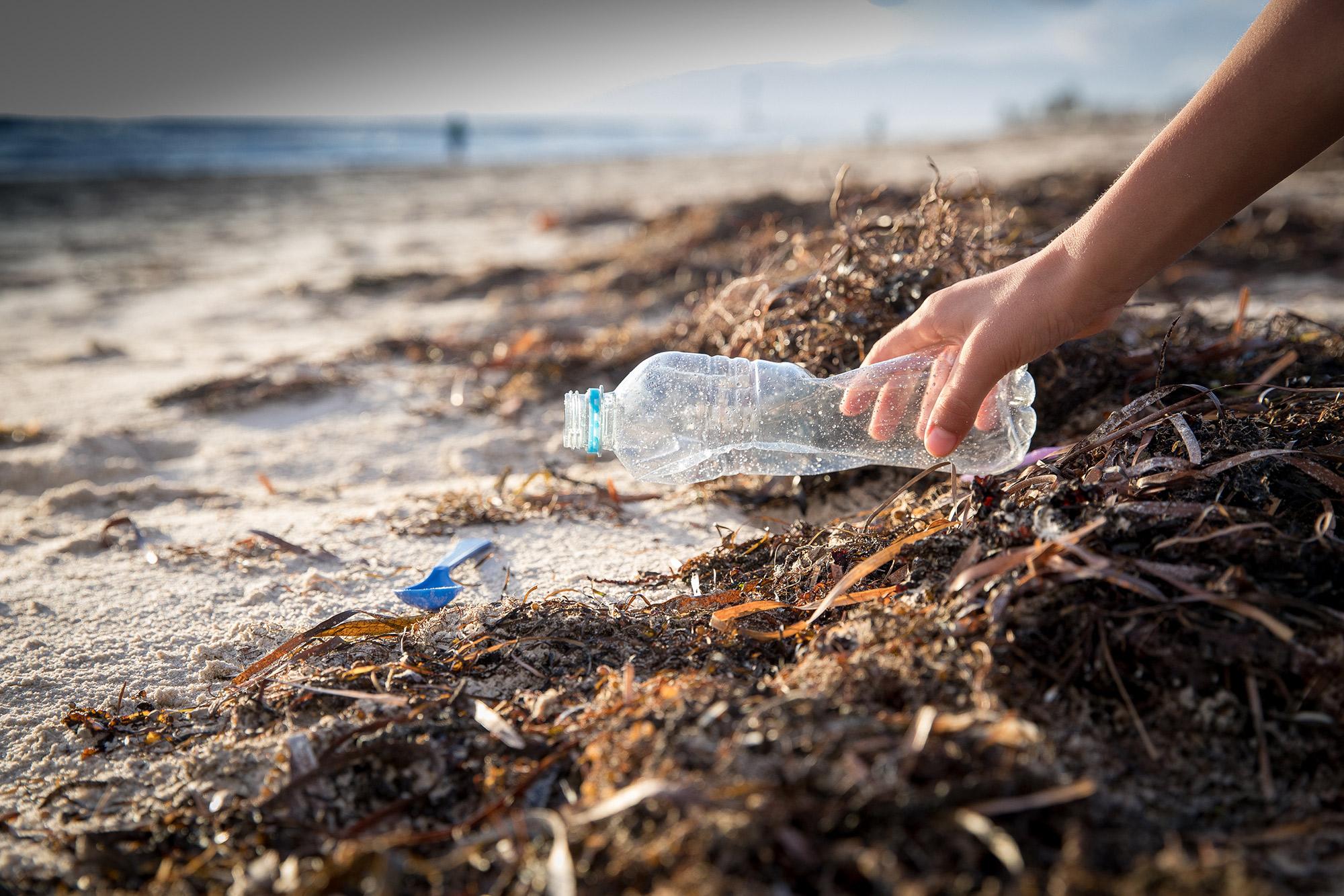 Müll am Strand aufsammeln | von MPIX auf Shutterstock