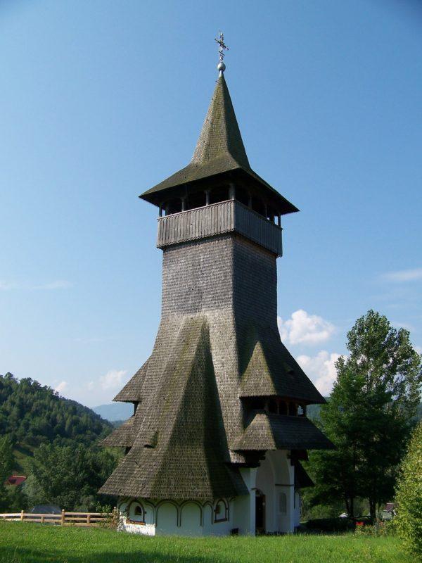 Romania Barsana – Die einzigartige Architektur des Barsana-Klosters im Maramures-Gebiet zieht viele Touristen an.