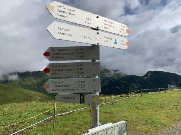 Hinweisschilder an der Bergstation