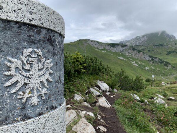 Das Haldenwanger Eck und der Grenzstein, der sich auf der Grenze zwischen Bayern und Vorarlberg liegt