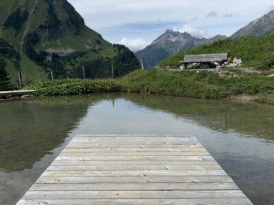 Kleiner See mit Steg, der zum Verschnaufen und Erholen einlädt.