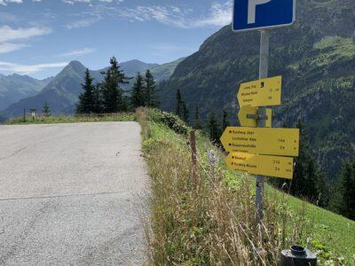 Leerer weil abgesperrter Parkplatz vor Haus Schroffenwies