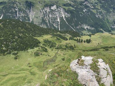 Unten im Grünen liegt der kleine Schänzlesee. Gegenüber schaut man auf ein beeindruckendes Massiv der Allgäuer Alpen und auf die Mindelheimer Hütte.